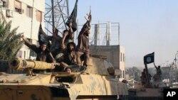 رژه پیکارجویان گروه افراطی «دولت اسلامی» در خیابان های رقه در سوریه