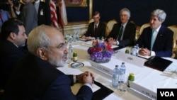 جان کری وزیر خارجه امریکا در حال مذاکره با جواد ظریف وزیر خارجه ایران