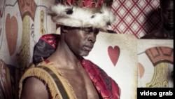 جایمون هانسو، مانکن و بازیگر آمریکایی در نقش «شاه دل» در تقویم ۲۰۱۸ پیرلی با تم «آلیس در سرزمین عجایب»