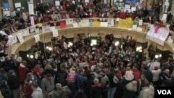 El Capitolio de Wisconsin fue ocupado por los manifestantes que se oponen a los planes del gobernador Scott Walker.
