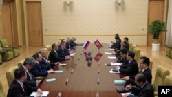 Các nhà ngoại giao Nga và Triều Tiên gặp nhau tại Bình Nhưỡng hôm 31/5/2018.