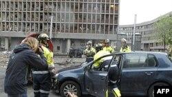 Nhân viên cứu hộ làm việc tại hiện trường vụ nổ ở trung tâm Oslo, 22/7/2011