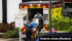 Para petugas gawat darurat Hillsborough County membawa seorang pasien ke unit gawat darurat di sebuah rumah sakit di Tampa, Florida, di tengah lonjakan kasus COVID-19, 3 Agustus 2021. (Foto: Octavio Jones/Reuters)