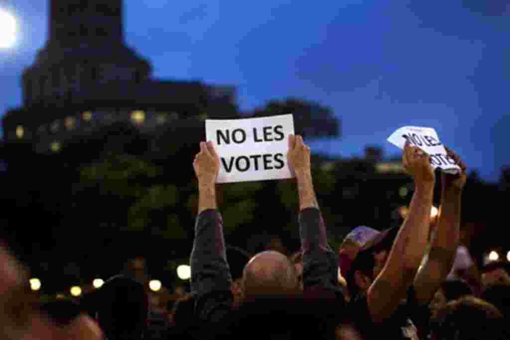 Los manifestantes tienen pancartas en protesta durante una manifestación en Barcelona, 18 de mayo 2011. Estudiantes universitarios y grupos de jóvenes protestan contra la alta tasa de desempleo entre los jóvenes de un 40% y los planes de austeridad adopta