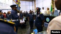 Le nouveau chef d'état-major de l'armée nigériane Alex Badeh (Centre), et le nouveau commandant de l'armée de l'Air Adesola Nunayon Amosu (droite) à Abuja le 20 janvier 2014.