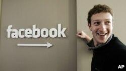 脸书的共同创办人马克•扎克伯格在他的办公室里(资料照片)