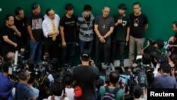 Joshua Wong, thứ nhì từ trái nói chuyện với phóng viên báo chí trong khi người biểu tình phong tòa khu vực xung quanh trụ sở chính phủ ở Hong Kong 9/10/14