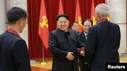 Lãnh đạo Bắc Triều Tiên Kim Jong Un tham dự một buổi lễ trao giải và khen thưởng cho những người có công trong việc thử nghiệm bom hydro, ngày 13/1/2016.