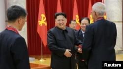 Shimoliy Koreya rahbari Kim Chen Un (markazda)