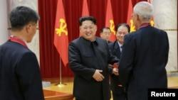 북한의 김정은 국방위원회 제1위원장이 수소탄시험 성공에 기여한 핵 과학자들과 기술자, 군인건설자, 노동자, 일군들에게 '당 및 국가표창'을 수여했다고 13일 조선중앙통신이 밝혔다.