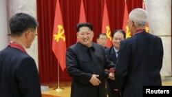 មេដឹកនាំកូរ៉េខាងជើងលោក Kim Jong Un (កណ្តាល)។ ចិននិងស.រ.អាថ្កោលទោសការសាកល្បងអាវុធនុយក្លេអ៊ែររបស់កូរ៉េខាងជើង។