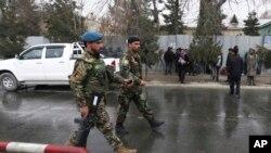 Tentara Afghanistan menginspeksi lokasi serangan di rumah sakit militer di Kabul, Afghanistan, 8 Maret 2017. (AP Photo/Rahmat Gul)