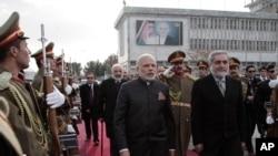 Hindiston Bosh vaziri Narendra Modi (markazda) afg'onistonlik hamkasbi Abdulla Abdulla bilan Kobulda, 25-dekabr, 2015-yil.