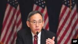 US Energy Secretary Steven Chu gestures while speaking to the media during a briefing at the US Embassy in Beijing, 17 Nov 2010