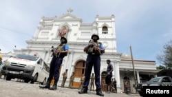 2019年4月21日斯里兰卡科伦坡发生爆炸后,斯里兰卡军方官员在圣安东尼神殿前守卫。