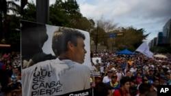 Cartel con el retrato de Leopoldo López en una manifestación en Caracas. El líder opositor está en huelga de hambre.