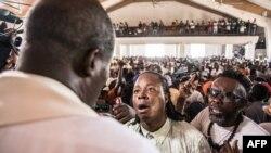 Des fidèles catholiques se rassemblent dans une église de Port-au-Prince avant une marche silencieuse et non violente contre le gouvernement haïtien, le 22 octobre 2019.