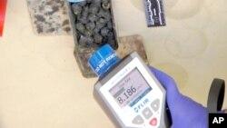 26일 조지아 경찰이 우라늄을 판매하려던 조직원들을 체포하고 몰수한 물품의 방사능 수치를 측정하고 있다.
