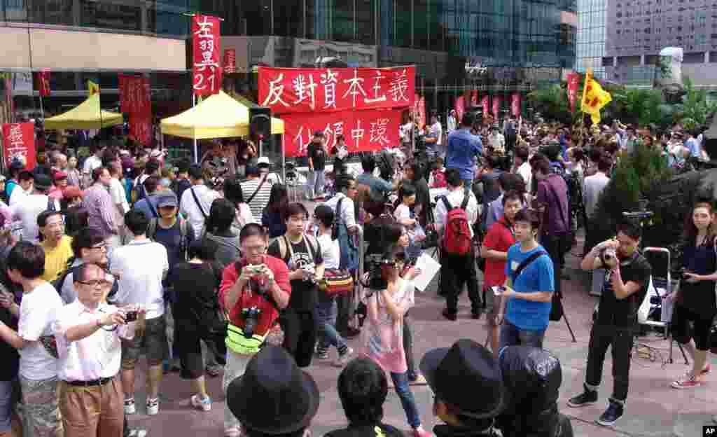 游人纷纷为示威者拍照
