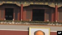 懸挂在天安門城樓上的毛澤東像