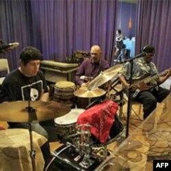 学生们和知名乐队一道录制CD