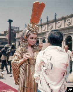 伊利莎白‧泰萊拍攝電影《埃及艷后》時的造型(資料圖片)