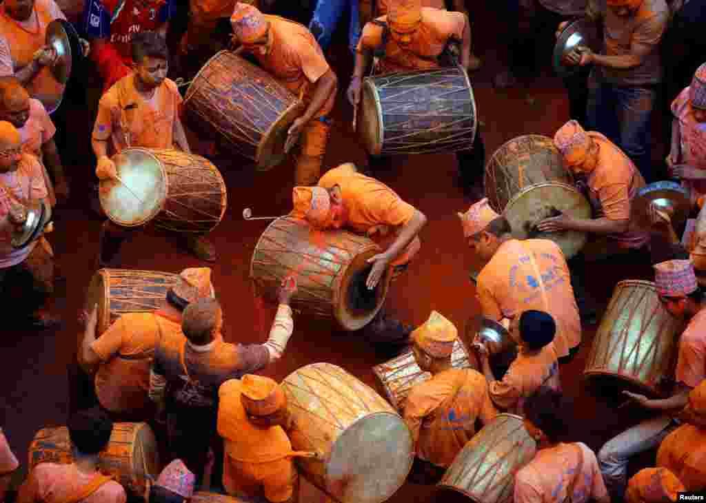 អ្នកគោរពសាសនាកំពុងលេងភ្លេងប្រពៃណីក្នុងការប្រារព្វទិវា «Sindoor Jatra» នៃម្សៅពណ៌ក្រហមក្នុងទីក្រុង Thimi, ក្នុងរដ្ឋ Bhaktapur ប្រទេសនេប៉ាល់ កាលពីថ្ងៃទិ១៥ មេសា ២០១៧។