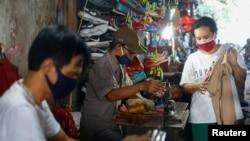 Para penjahit di bawah jembatan Jatinegara mengenakan masker pelindung di tengah pandemi virus corona (Covid-19) di Jakarta, 22 Juli 2020 (Foto: Reuters)