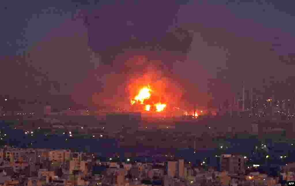Dim se širi sa mesta požara rafinerije u iranskoj prestonici Teheranu. Žestok plamen izbio je u rafineriji u južnom delu Teherana u jeku eksplozije uzrokovane tečnim gasom - saopštio je šef gradskog kriznog štaba na državnoj televiziji. 2. juni, 2021. ( Foto: Ata Kenare / AFP )