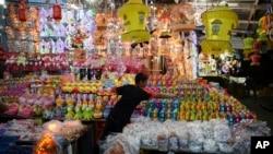 在加沙城的一个主要市场,一名巴勒斯坦男孩为传统斋月灯笼拍照