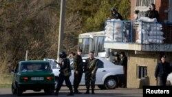 Ukrajinske trupe na straži u blizini Izijuma u istočnoj Ukrajini, 15. april 2014.