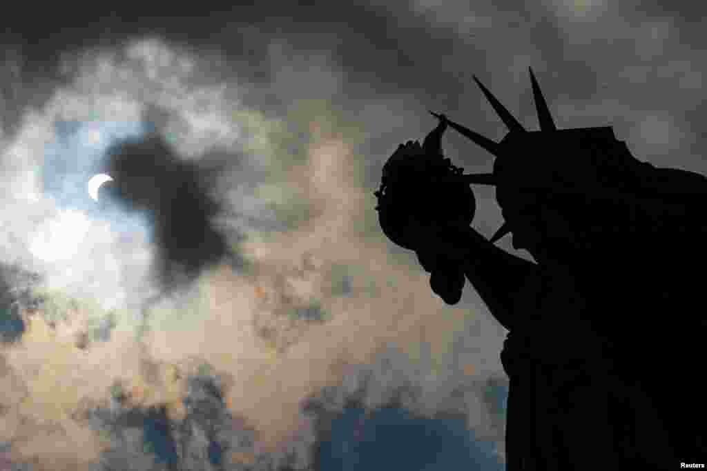 თავისუფლების ქანდაკება მზის დაბნელების დროს. ნიუ-იორკი.