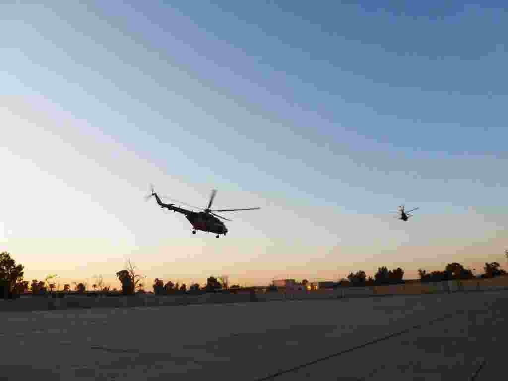 Helikopter militer Irak, MI-17 buatan Rusia, lepas landas dari Zona Internasional di Baghdad saat matahari terbenam, setelah mengantar para tentara yang mengunjungi Karbala pada hari raya Syiah, Ashura (Sharon Behn/VOA).