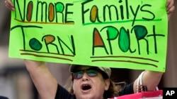 Miles de inmigrantes se quedaron con toda su documentación lista para completar los formularios y ampararse bajo la acción ejecutiva, la cual fue bloqueada por el fallo de un juez de Texas en respuesta a una demanda impuesta por 26 estados.