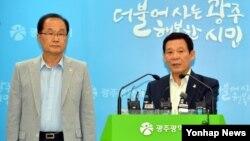 한국 광주U대회 조직위원회 윤장현 시장과 김윤석 사무총장은 22일 광주시청 브리핑룸에서 긴급 기자회견을 하고 지난 19일 오후 6시31분에 조직위 이메일 계정으로 북한이 대회 참가가 어렵다는 뜻을 밝혔다고 말했다.