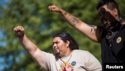 Ramon Aquino menunjukkan solidaritas dalam demo di Oak Flat Campground, Hutan Nasional Tonto, dekat Superior, Arizona, 30 Mei 2015. Rumah suku Apache San Carlos itu akan dijadikan tambang tembaga oleh Rio Tinto. (Foto: Reuters)