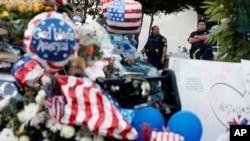 Oficiales de policía en Dallas, Texas, vigilan un improvisado memorial en la sede de la Policía, el domingo, 10 de julio de 2016.