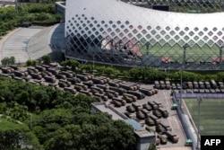 大批中國武警軍車聚集在比鄰香港的深圳灣體育中心。(2019年8月15日)