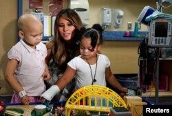 멜라니아 트럼프 여사가 24일 테네시주 벤버빌트대학교 먼로캐럴주니어병원에 방문해 아이들과 시간을 보내고 있다.