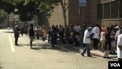 Warga Skid Row, Los Angeles antri untuk menerima makanan, minuman, pakaian dan sumbangan kemanuasiaan lainnya dari relawan Muslim. (Foto: dok).