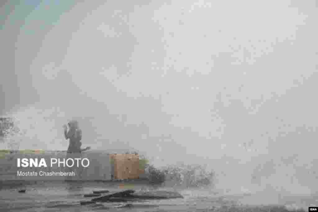 وزش باد شدید و توفانی شدن دریا و موج های بلند در ساحل بندرعباس. عکس: مصطفی چشم به راه