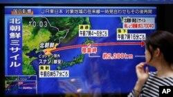 Токио. На уличном телеэкране - выпуск новостей о ракетном испытании Северной Кореи. 15 сентября 2017 года