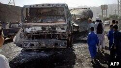 Deca posmatraju izgoreli tanker sa gorivom NATO-a posle napada ekstremista u blizini granice sa Avganistanom