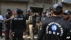 د پاکستان پولیس د موټر سایکل سپرو له ډزو نه وروسته د پېښې په ځای کې راټول شوي دي