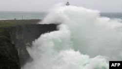 Những đợt sóng khổng lồ ập vào một bờ đá dọc bãi biển Okinawa, Nhật Bản ngày 13/10/2014.