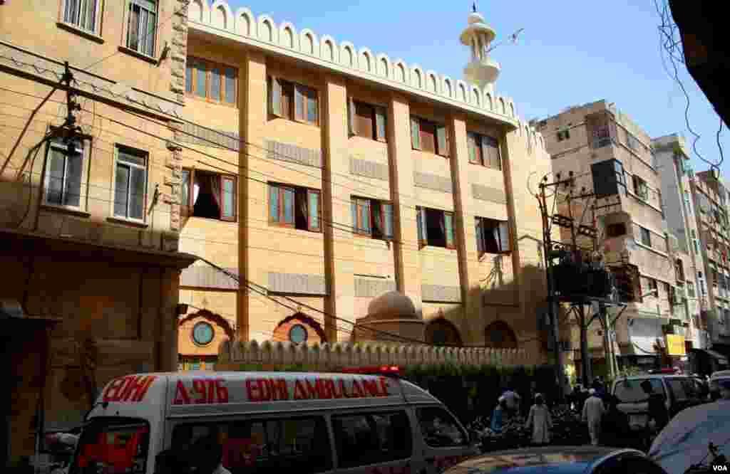 برہانی مسجد کا ایک منظر۔ مسجد کی عمارت کثیر المنزلہ ہے