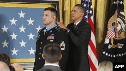 Trung sĩ nhất Leroy Arthur Petry nhận Huân Chương Danh Dự do Tổng thống Obama trao tặng