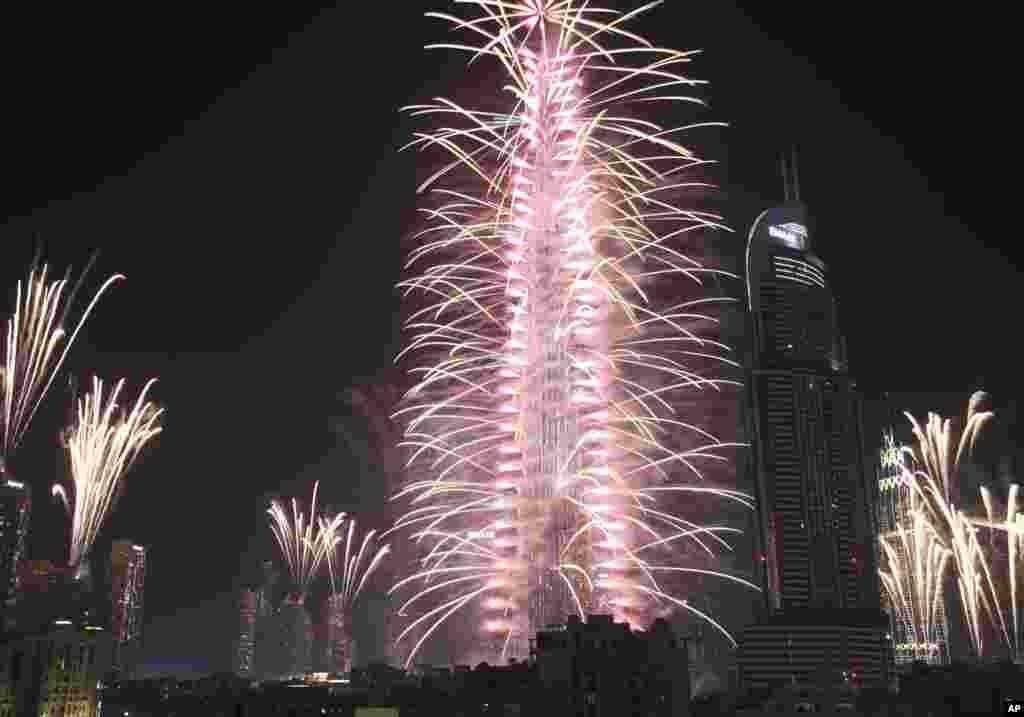 Fuegos artificiales en el Burj Khalifa, el edificio más alto del mundo, y los rascacielos circundantes para marcar Año Nuevo en Dubai, Emiratos Árabes Unidos. (Foto AP)