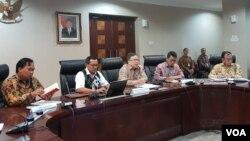 "Kepala Bappenas Bambang Brodjonegoro (tengah), Anggota Komisi XI DPR RI Muh Misbakhun (kedua dari kanan), dan Deputi IV KSP Eko Sulistyo dalam Diskusi ""Berapa Lama Membangun Ibu Kota Baru?"" di Kantor KSP, Jakarta, Senin (13/5) (VOA/Ghita)"