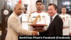 Đại sứ Phạm Sanh Châu (phải) trình quốc thư tại New Delhi. Vị đại sứ mới được bổ Nhiệm đến Ấn Độ nói Việt Nam không ủng hộ bất cứ liên minh quân sự nào trong khu vực. (SanhChau Pham's Facebook)